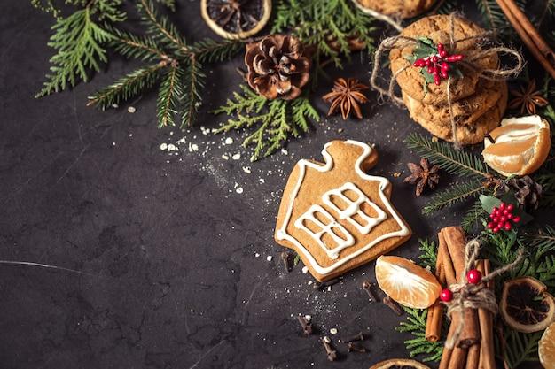 검은 배경에 크리스마스 구성 무료 사진