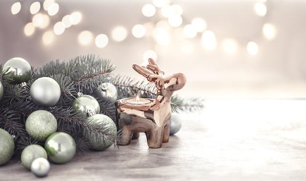 Новогодняя композиция с подсвечником в форме оленя и елкой Бесплатные Фотографии