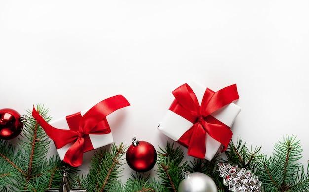 モミの枝、おもちゃのギフトボックスとクリスマスの構成 Premium写真