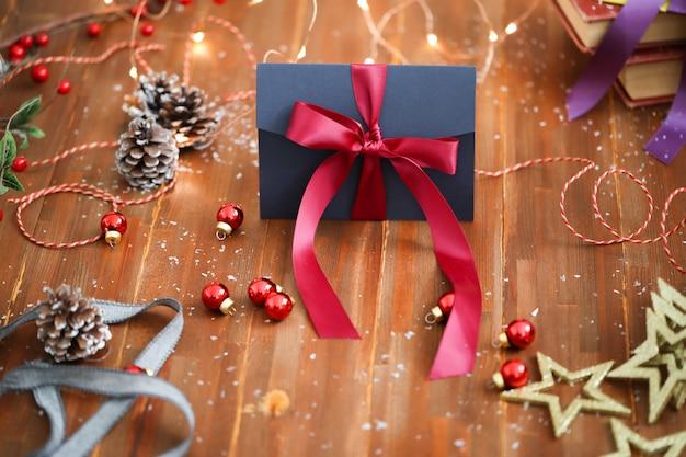 装飾品とギフトボックスクリスマス組成 無料写真