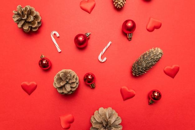 소나무 콘, 크리스마스 장식 실버 스타, 빨간색 사탕 지팡이와 크리스마스 구성 프리미엄 사진