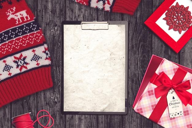 セーター、クリップボード、プレゼントとクリスマス組成 Premium写真