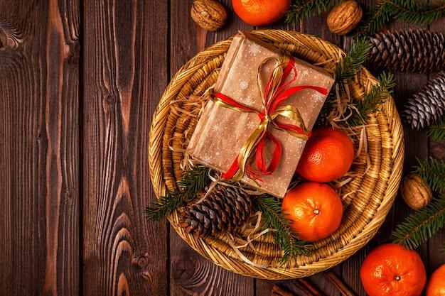 みかん、ギフトボックス、コーンのクリスマス作曲 Premium写真