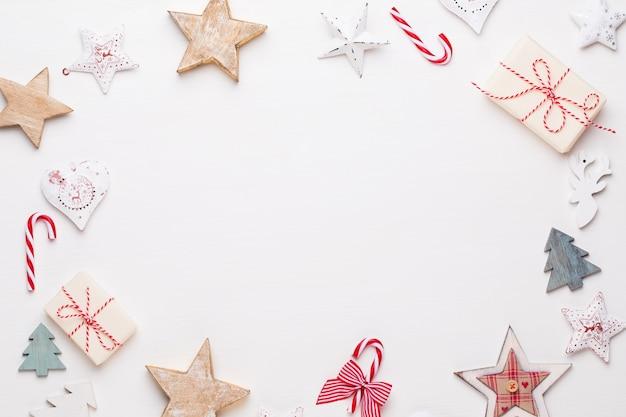 Новогодняя композиция. деревянные украшения, звезды на белом фоне. рождество, зима, новогодняя концепция. плоская планировка, вид сверху. Premium Фотографии