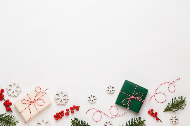 크리스마스 구성. 나무 장식, 흰색 바탕에 별. 프리미엄 사진