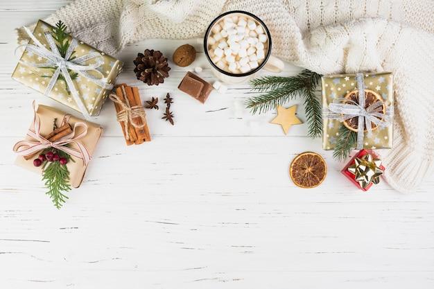 Рождественская композиция завернутые подарки и какао Бесплатные Фотографии