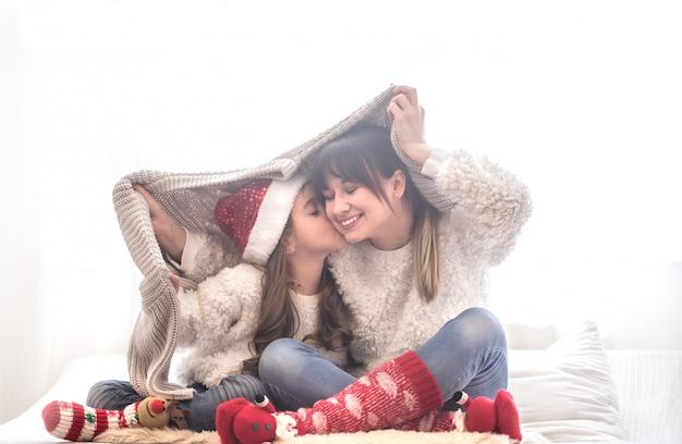 Рождество концепция, мама и ее дочь играет Premium Фотографии