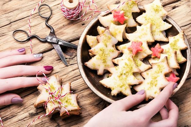 Christmas cookies in hands Premium Photo