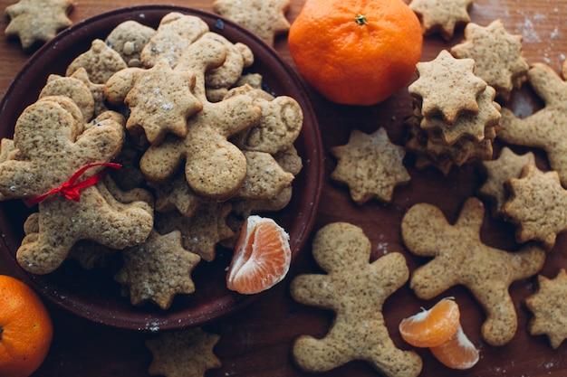 木製の背景にクリスマスのクッキー 無料写真