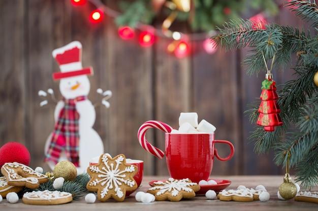 Рождественское печенье на деревянном столе на кухне Premium Фотографии