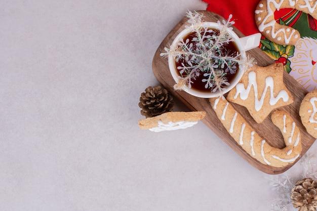 白い表面のカップにアロマティーとクリスマスクッキー 無料写真
