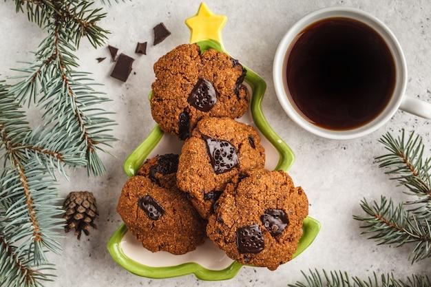 白い背景に、平面図上のチョコレートのクリスマスクッキー。クリスマス背景コンセプト。 Premium写真