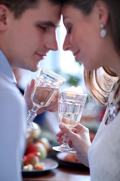 シャンパンを飲んでクリスマスカップル 無料写真