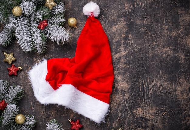 산타 모자와 함께 크리스마스 어두운 테이블입니다. 평면도 프리미엄 사진