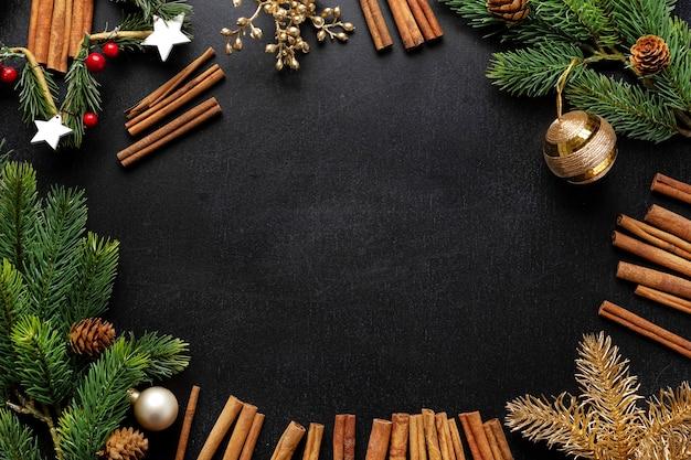 전나무와 어두운 배경에 싸구려 크리스마스 데코. 플랫 레이. 크리스마스 컨셉 프리미엄 사진