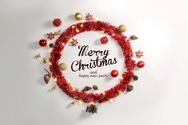 白い表面のクリスマスの装飾ボールと装飾品 Premium写真
