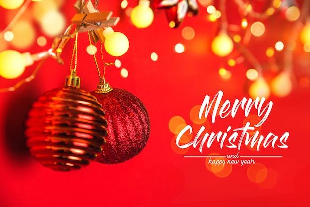 크리스마스 장식 공 및 복사 공간 추상 Bokeh 벽 위에 장식품. 크리스마스와 새 해 휴일 벽 인사말 카드. 메리 크리스마스 프리미엄 사진