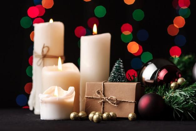 크리스마스 장식. 흐린 된 빛 배경입니다. 무료 사진