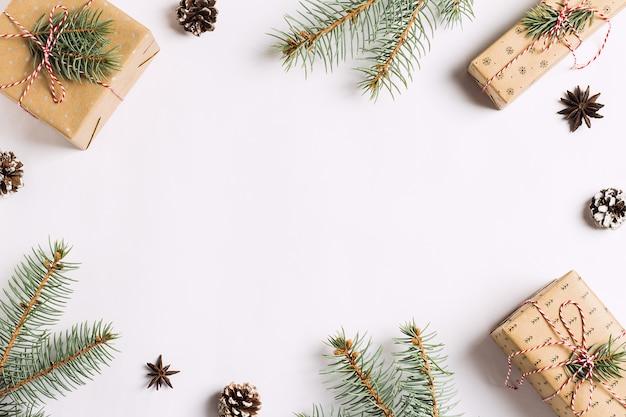 Новогоднее украшение композиции подарочной коробке сосновые шишки еловые ветки Бесплатные Фотографии