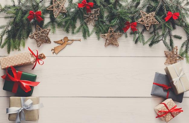 Рождественские украшения, подарочные коробки и концепция рамки гирлянды Premium Фотографии