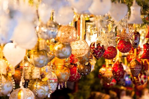 Новогоднее украшение на европейском рынке. праздничный шоппинг Premium Фотографии