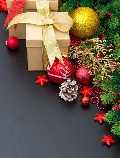 Новогоднее украшение на черной поверхности Premium Фотографии