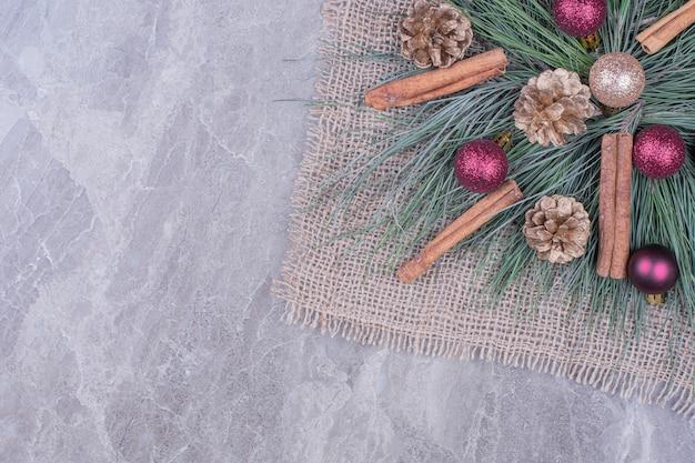 シナモン、コーン、オークの木の枝のクリスマスデコレーション 無料写真