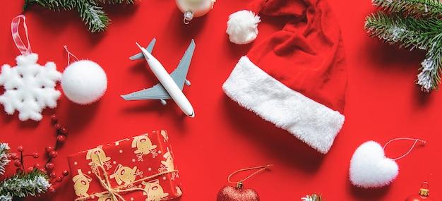 Новогоднее украшение с новогодней шапкой, подарком и игрушкой-самолетиком Premium Фотографии
