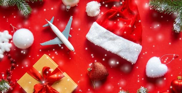 Новогоднее украшение с новогодней шапкой, подарочной коробкой и игрушкой-самолетиком Premium Фотографии