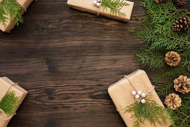 コピースペースと暗い木の板のクリスマスの装飾とギフトボックス Premium写真