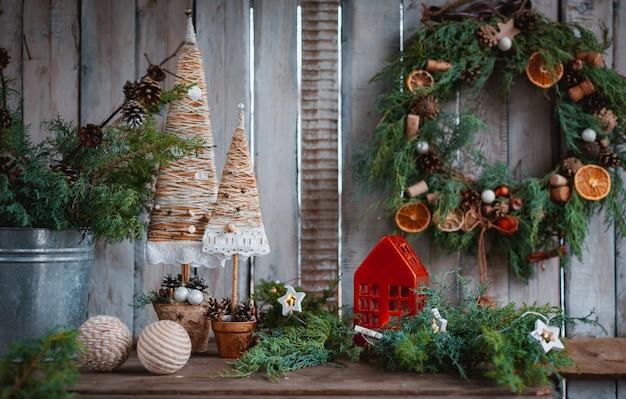 クリスマスの飾り手作りキャンドル。あなた自身の手でお祝いのテーブルのための手作りのテキスタイルクリスマスツリー。 Premium写真