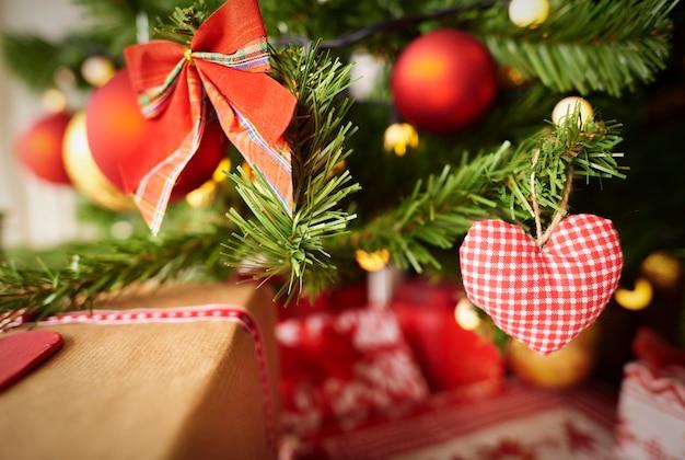 나뭇 가지에 크리스마스 장식 무료 사진