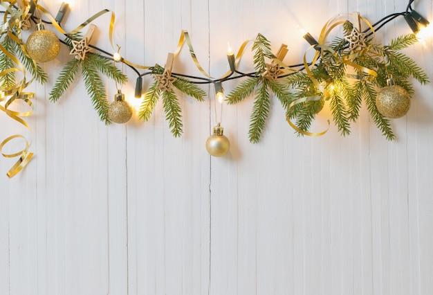 白い木製のテーブルのクリスマスの装飾 Premium写真