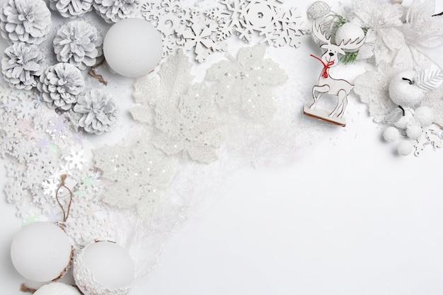 Рождественский декоративный состав игрушек на белом фоне стола. вид сверху. flat lay Бесплатные Фотографии