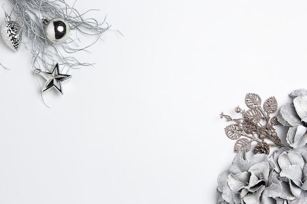 흰색 테이블 배경에 장난감의 크리스마스 장식 구성. 무료 사진