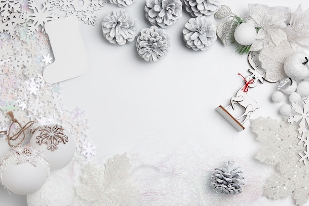 Рождественский декоративный состав игрушек на белом фоне стола. Бесплатные Фотографии