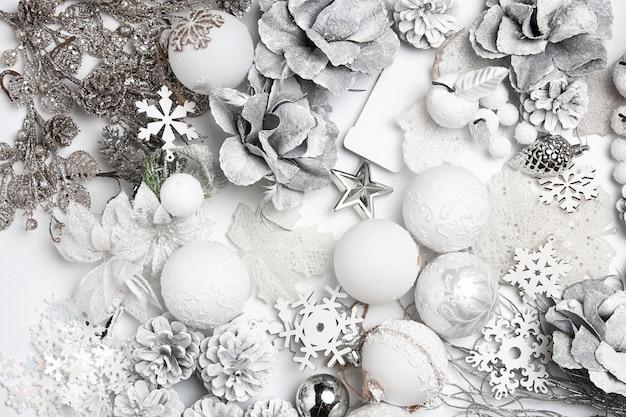 Composizione decorativa di natale di giocattoli su uno sfondo bianco da tavola. Foto Gratuite