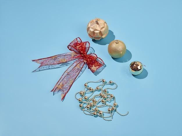 Elementi decorativi di natale impostati su sfondo blu Foto Gratuite