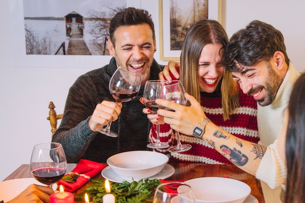 Fotos Cena Navidad Frinsa.Christmas Dinner Concept With Laughing Friends Photo Free