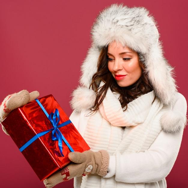 Рождественская фотомодель смотрит на подарок Бесплатные Фотографии