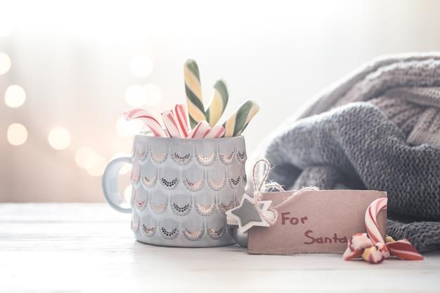 美しいカップ、休日や家族の価値観の概念でサンタさんへの甘い贈り物をクリスマスのお祭りの背景 無料写真