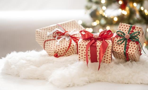 ボケ味の背景に3つのギフトボックスとクリスマスのお祝いの構成をクローズアップ。 無料写真