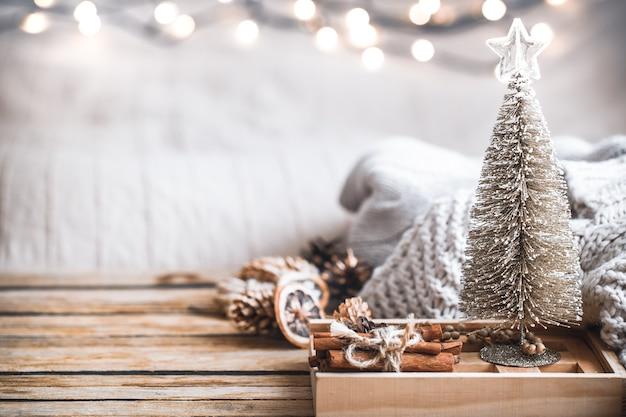 Natale decorazioni festive ancora in vita su sfondo di legno, il concetto di comfort domestico e vacanza Foto Gratuite