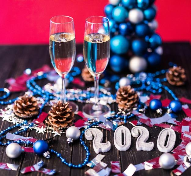 Рождество, праздничное настроение: бокал шампанского и новогоднее украшение 2020 Бесплатные Фотографии