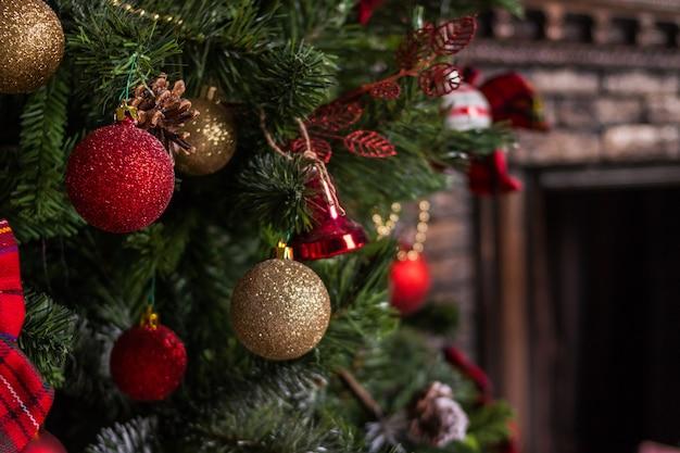 メリークリスマスとハッピーホリデー。 christmas.festivelyに装飾されたリビングルームは、クリスマスツリーで飾られた家のインテリア。 Premium写真