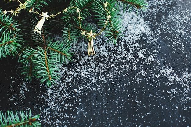 Рождественская ель на темной поверхности со снегом Бесплатные Фотографии
