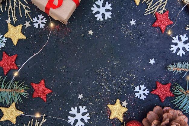Рождественская плоская композиция с елью и золотыми ветками Premium Фотографии