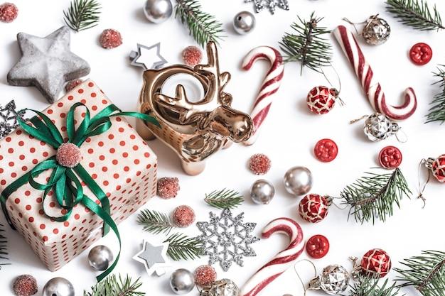 Рождественская плоская планировка. подарки, ветки ели, золотой олень, красные украшения на белом Бесплатные Фотографии