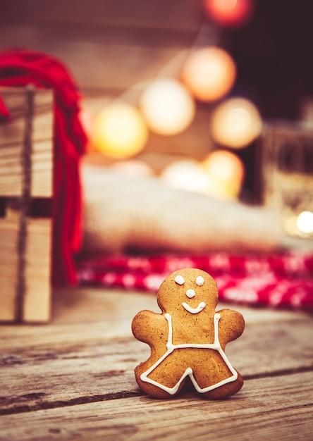 Рождественская еда, пряничный человечек на деревянном столе. Premium Фотографии