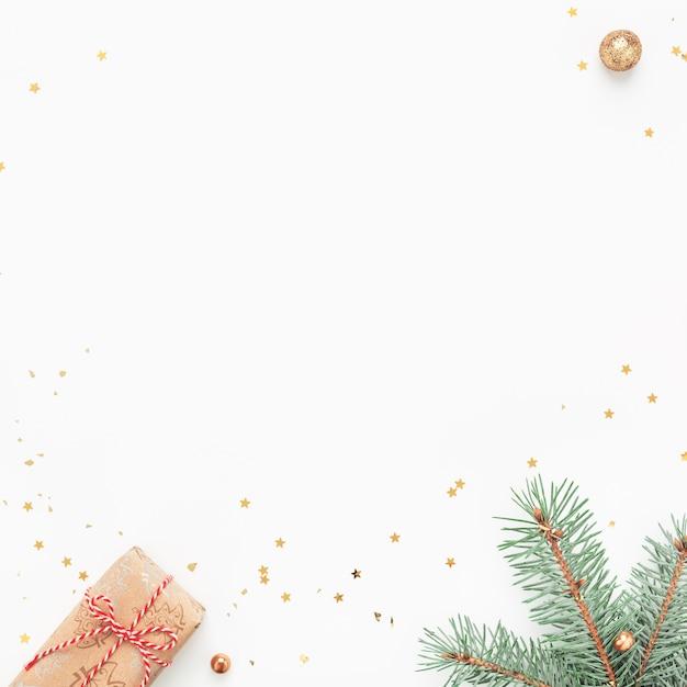 녹색 지점, 선물, 흰색 바탕에 골드 장식의 크리스마스 프레임. 프리미엄 사진